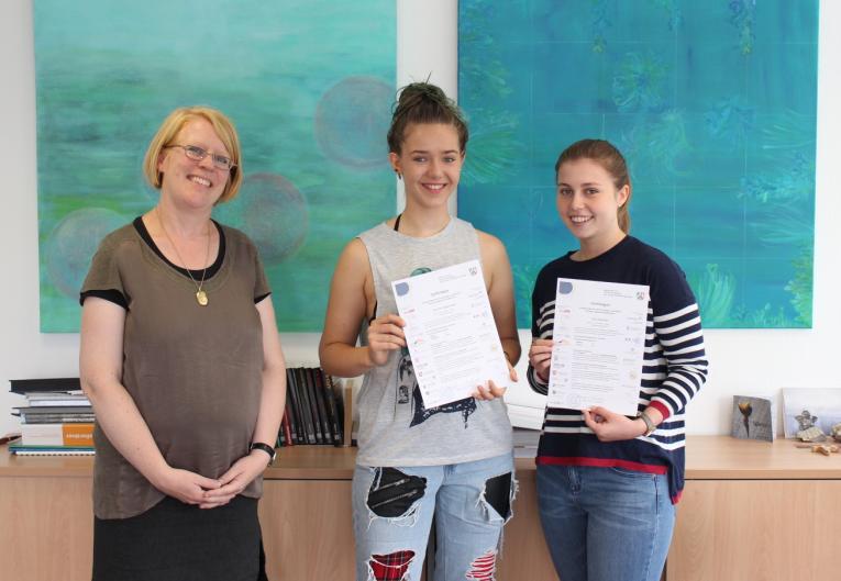 Zwei Abiturientinnen mit dem CertiLingua-Zertifikat ausgezeichnet