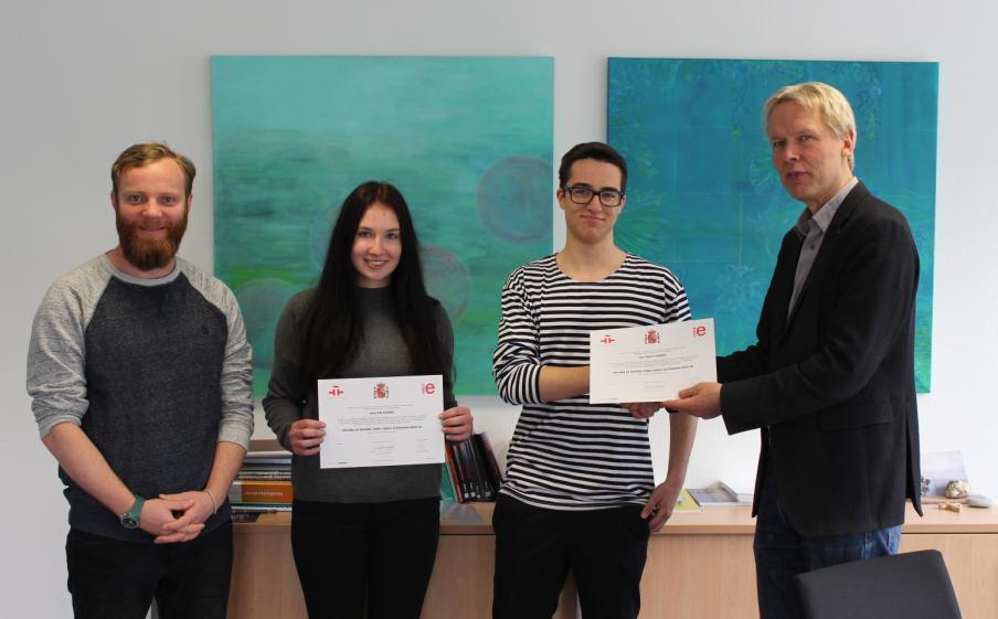 Zwei Spanischlernende mit DELE-Zertifikaten ausgezeichnet