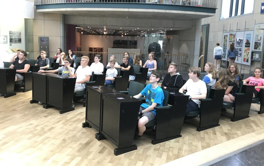 Neuntklässler erkunden deutsche Nachkriegsgeschichte in Bonn