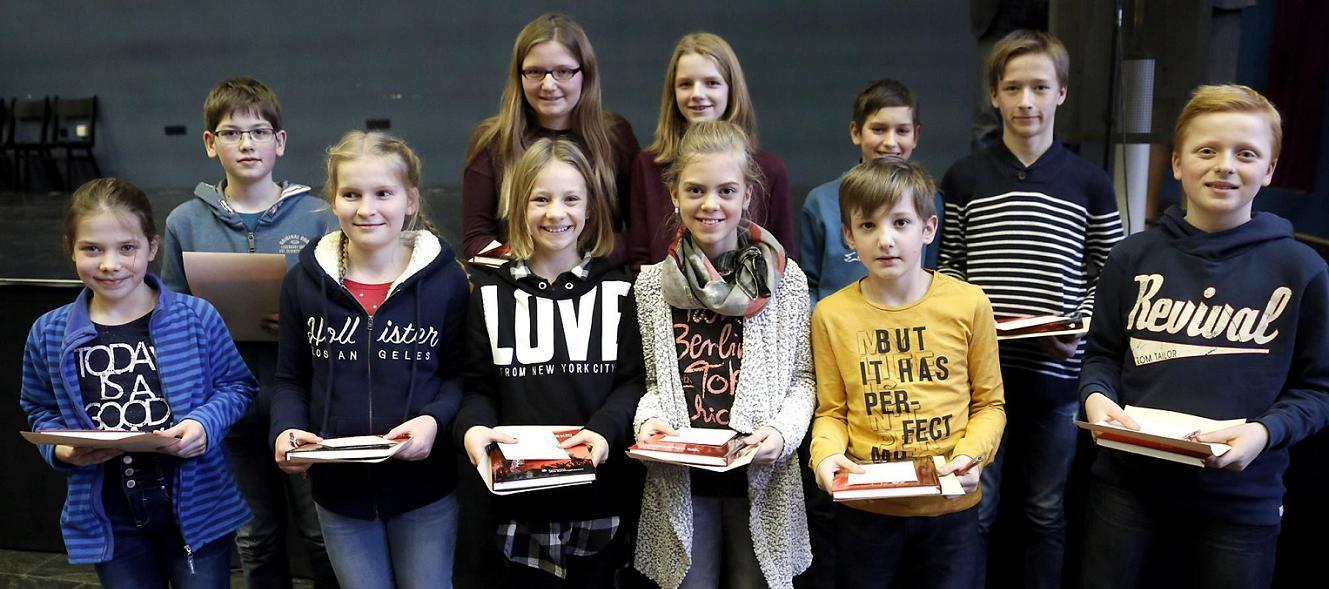 11 Schüler des Joseph-König Gymnasiums nahmen ihre Zertifikate der Mathe Olympiade im Marler Loekamp-Gymnasium entgegen.